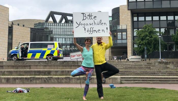 Susanne und Marc Wenke von Rundum Yoga Demonstration vor Landtag Duesseldorf
