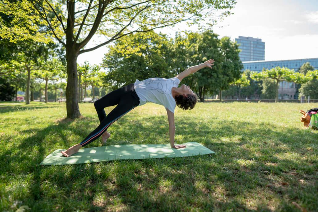 Rundum Yoga Outdoor Rheinwiese im Rheinpark Duessldorf