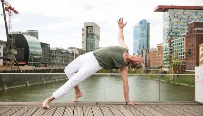 Marc Wenke von Rundum Yoga im Hafen von Duesseldorf