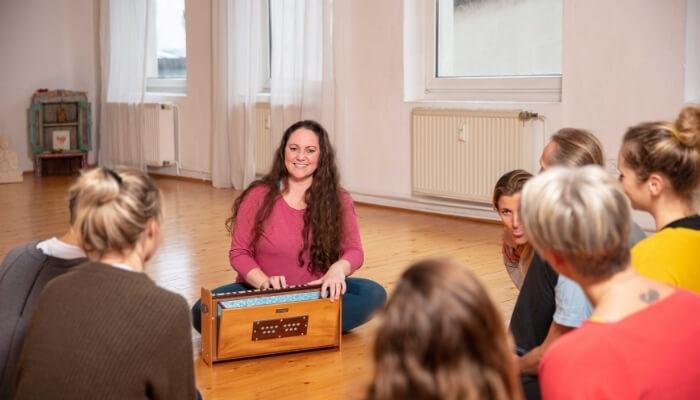 Sanja Wieland mit Harmonium bei Rundum Yoga im Studio Pempelfort Duesseldorf
