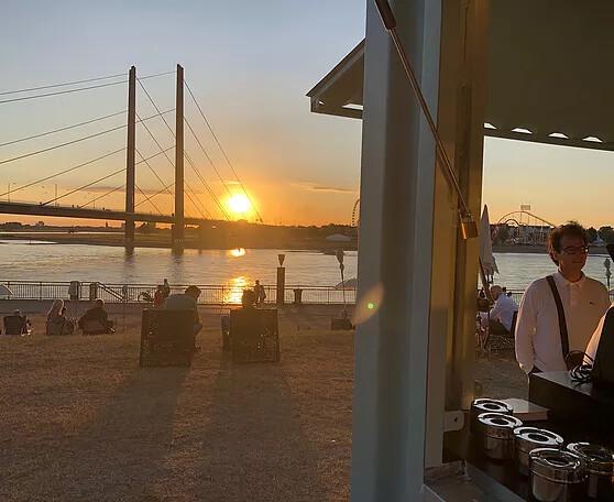 Sunset am Stadtstrand Duesseldorf mit Rundum Yoga