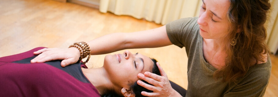 Vira Drotbohm bei Massage Ausbildung bei Rundum Yoga in Your Open Place 1 1